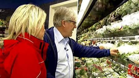 I GRØNNSAKSDISKEN: TV 2 Sportys treningsekspert Siri Marte Hollekim viser Davy Wathne hva han bør kjøpe i butikken. (Foto: Nina Kausland/TV 2/)