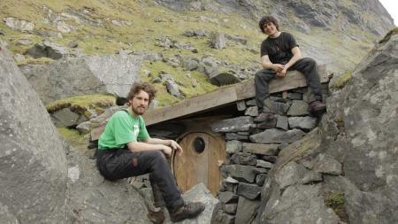 Jørn N. Ranum (23) og Inge Wegge (25) bygde huset sitt mellom fjellveggen og en stor stein. Huset ble bygget av drivved de fant på stranda.  (Foto: Jørn N. Ranum, Inge Wegge )