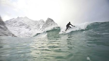 Inge og Jørn trosset iskaldt vann og nordnorske temperaturer. Målet  var å surfe mest mulig mens de bodde i bukta.  (Foto: Jørn N. Ranum, Inge Wegge )