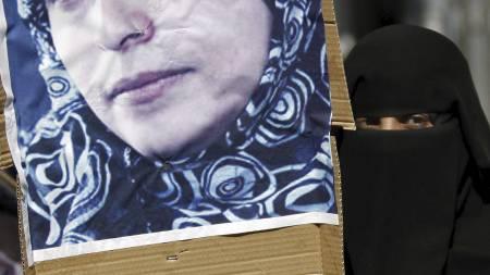 «REVOLUSJONENS MOR»: En demonstrant holder opp et bilde av fredsprisvinner Tawakkul Karman dagen etter hun ble arrestert i januar i år. (Foto: Hani Mohammed/Ap)