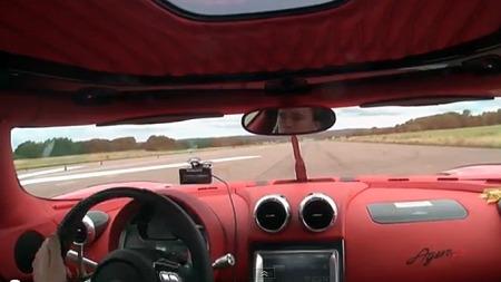 Bare det knallrøde interiøret i testbilen er nok til å gi gåsehud. Se video fra testene nederst i saken! Foto: Skjermdump fra Youtube
