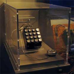 Jobs og Wozniak laget en slik «blue box», som gjorde det mulig   å bruke deler av det amerikanske teleonnettet uten å måtte betale for   samtalene. (Foto: Wikimedia Commons)