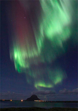 Selv de som ikke fikk fanget stjerneskudd kom hjem med flotte bilder. Her er det Lovund som blir bombardert! (Foto: Kitt Grønningsæter )