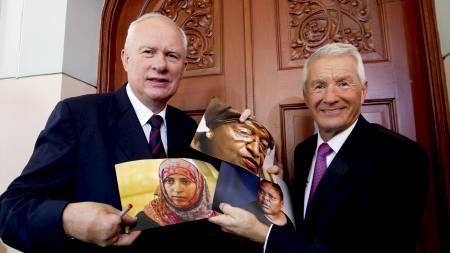 TREDELT FREDSPRIS: Direktøren for Nobelinstituttet, Geir Lundestad, og lederen for Nobelkomiteen, Thorbjørn Jagland, viser stolt fram bilder av de tre prisvinnerne. (Foto: SCANPIX NORWAY/Reuters)