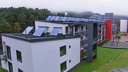 Slik ser bygningene ut på taket. Solpanelene fanger lys som varmer varmtvannet. (Foto: TV 2)