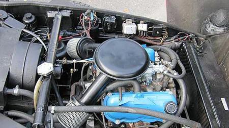 V4-motoren fra Ford er relativt lett å komme til og skru på der den ligger under den store flipp-fronten. Foto: Privat
