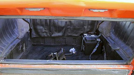 Batteriet er festet bak i det lille bagasjerommet i Sonetten. Adkomsten til bagasjerommet er ikke så dårlig, selv om det loddrette bagasjeromslokket er litt uvant. Foto: Privat