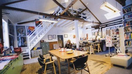 I dag bor Gunilla Holm Platou og familien i en nedlagt togstasjon som de har pusset opp. Der har hun også verksted og galleri.