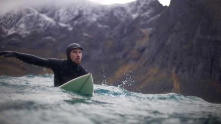 Jørn prøver bølgene i Atlanterhavet. Det ble mye surfing, og hvis de ikke kunne det prøvde de snowboardet istedet.  (Foto: Jørn N. Ranum, Inge Wegge )