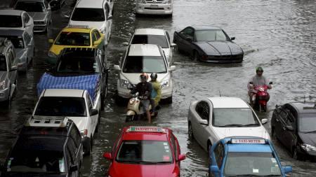 Trafikkantene i Bankok sliter også med flomvann. (Foto: Apichart Weerawong/Ap)