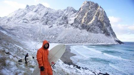 Målet til Inge og Jørn var å surfe så mye som mulig, tross de kalde Atlanterhavsbølgene.
