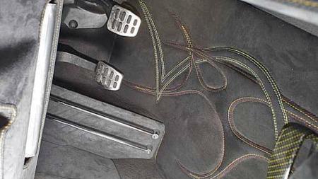 Alcantara med pyntesømmer og 3D-effekt i gulvteppet er litt mer enn vi er vant til å se på en showbil. Foto: Privat
