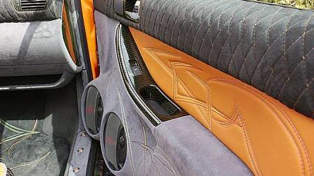 Spesialintegrerte stereo-komponenter, skinn, alcantara og sømmer går igjen i hele interiøret på bilen. Foto: Privat