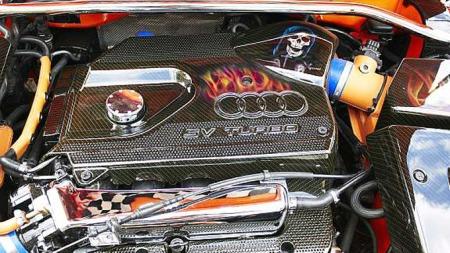 Motivlakk, kromdetaljer, en vanvittig finish og slanger trukket i orange skinn gjør dette motorrommet til et velstelt skue. Foto: Privat