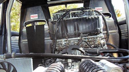 Absolutt hele bilen er ombygget for å huse Honda MC-motoren bak setene. Foto: eBay