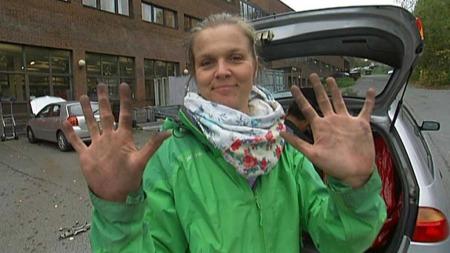 Å skifte hjul på bilen er hverdagslykke.  (Foto: TV 2)