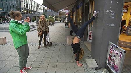 Å lære å stå på hendene gir hverdagslykke.  (Foto: Tv 2)