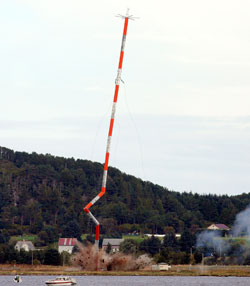 Her går masten på Vigra i bakken. (Foto: Svein Ove Ekornesvåg / Scanpix)