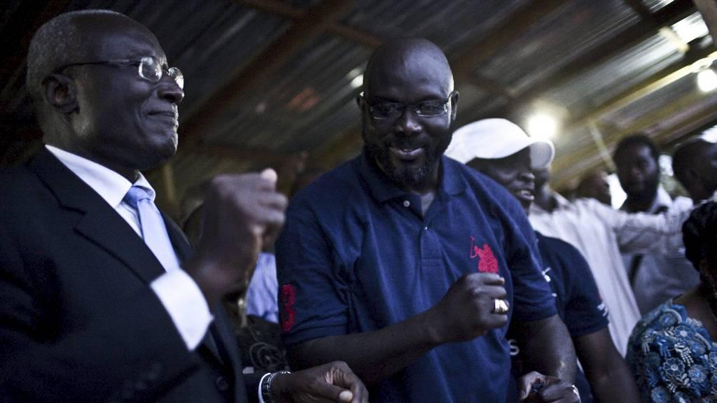 Den liberiske presidentkandidaten Winston Tubman (t.v.) og støttespiller, tidligere fotballspiller George Weah. (Foto: GLENNA GORDON/Afp)