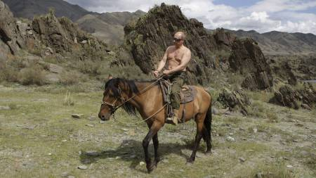 COWBOY I SIBIR: Vladimir Putin, her avbildet på en ridetur i Sibir sommeren 2009. (Foto: Alexei Druzhinin/AP)