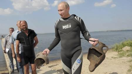 INDIANSKI JONESKI: Under en dykkertur i fjor sommer kom Putin plutselig over disse to antikke krukkene. I ettertid viste det seg at krukkene hadde blitt lagt ut slik at Putin skulle finne dem.  (Foto: Alexsey Druginyn/Afp)