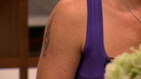 Camilla har hatt en tatovering på overarmen i 15 år, men hun vet ikke helt hva den skal forestille. Et spørsmålstegn? Eller et utropstegn? (Foto: God morgen Norge)