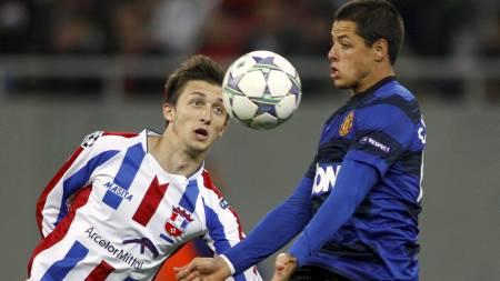 Javier Hernandez og Cornel Rapa i duell i kampen mellom Otelul Galati og Manchester United. (Foto: BOGDAN CRISTEL/Reuters)