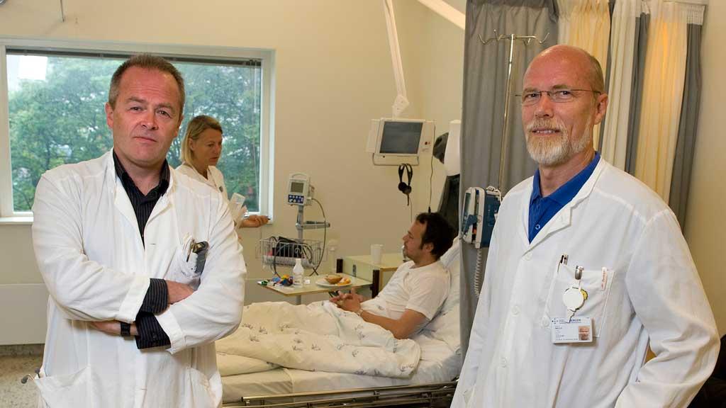 KAVLI-STØTTE: Med støtte fra Kavlifondet skal Øystein Fluge (t.v) og Olav Mella bruke mer tid på labforskning på behandling av ME. (Foto: (Tor Erik H. Mathiesen) Helse Bergen)