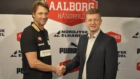 Robert Hedin og direktør Jan Larsen, i Aalborg Håndbold. (Foto: AALBORG HÅNDBOLD/)
