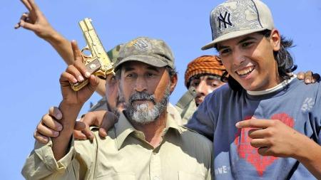 gaddafis pistol (Foto: AFP)
