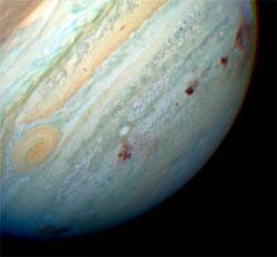 I 1994 delte kometen Shoemaker-Levy 9 seg opp og smalt inn i Jupiter. De brune flekkene viser treffene.  (Foto: NASA)