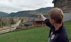 Vidar Bekkemellem i Vågå viser hvor ildkulen forsvant. (Foto: TV 2)