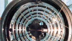 Dette er speilet til ROSAT. Det veier 1,7 tonn og kan smelle i bakken i ett stykke. (Foto: DLR)