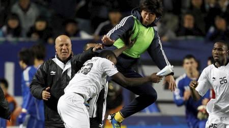 En fra Suwon Bluwings angriper Al sadds Mohammed Kasola i semifinalen i den asiatiske mesterligaen. (Foto: Lee Jin-man/Ap)