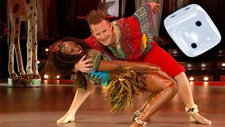 FOR MYE AV DET GODE: Stella Mwangi bar fantastisk fjærpryd under   sitt dansenummer, men helheten ble for rotete.