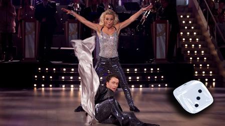 GLITTER OG MAS: Kari Traa og Egor Filipenko bød på kveldens   mest glamourøse nummer, uten at det fikk positivt utslag på terningen.