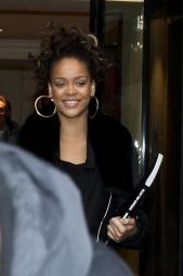 Her er Rihanna på vei ut av hotellet sitt i Paris. (Foto: Stella Pictures)