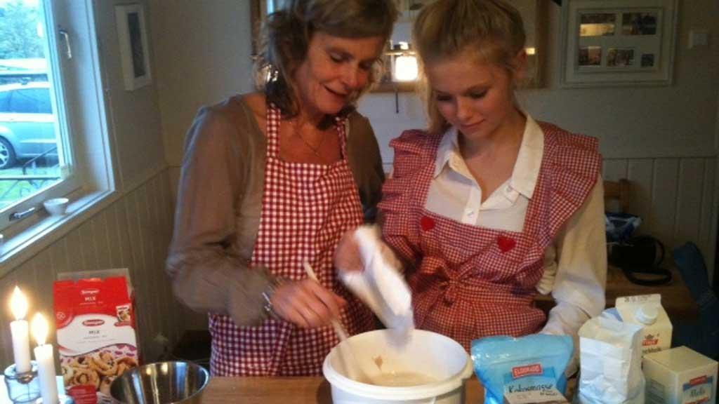 Mamma Bente og Helje baker glutenfrie boller. Med litt fantasi kan man lage glutenfri varianter av det meste.  (Foto: Privat)