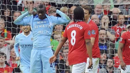 Slik markerte Mario Balotelli at han hadde scoret mot Manchester United. Hvorfor alltid meg? står det på t-kjorten. (Foto: ANDREW YATES/Afp)