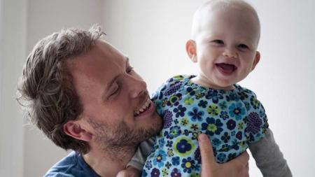 Audun Lysbakken skrev boka til forsvar for pappapermen da han hadde pappaperm med Aurora. (Foto: Greg Buick)