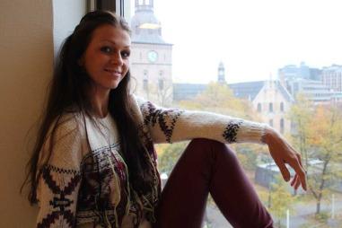 Her viser Maria Sandvik frem en strikkegenser fra Isabel Marant og vinrødebukser av imitert skinn fra Cubus. -Denne genseren satte motepressen i kok, forteller Jemtegård.