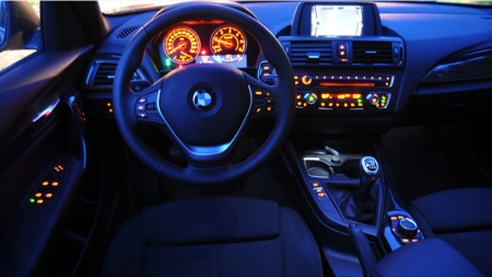 Dette interiøret innbydende og pent. BMW har byttet farge på sportbelysningen i de nye modellene sine - så nå er det hvitt stemningslys i stedet for rødt. Hva du liker best er selvsagt en smakssak.