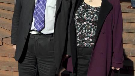 John Hemming og hans nye partner Emily Cox på veg ut av rettslokala i Birmingham. Hemming si kone gjennom 30 år vart dømd for innbrot og tjuveri hos Cox. (Foto: Chris Radburn/Pa Photos)