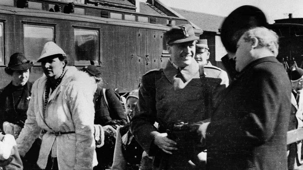 1940: Kronprinsesse Märtha, kronprins Olav og stortingspresident Hambro på jernbanestasjonen på Hamar. Forfatter Tor Bomann-Larsen mener det ikke er så rart at kronprinsen i 1935 tenkte på et samarbeid med Nazi-Tyskland. (Foto: Scanpix)