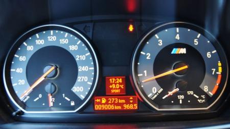 Under turteller finner du ingen nål eller skjerm som viser hvor mye bensin du bruker der og da - i stedet prioriteres oljetemperaturen. Sånn er prioriteringen i M-bilene til BMW.