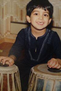 Adil Khan fikk streng opplæring av sin musikalske far.