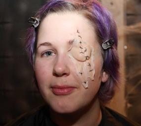 Applikasjonen er laget ved hjelp av en avstøpning av modell Ellen Clouman sitt ansikt, og senere farget for å likne hennes hudfarge. (Foto: Maria Sandvik)