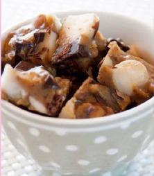 Denne fudgen inneholder sjokoladebiter, makadamianøtter og peanøtter, men her er det store muligheter for å være kreativ.