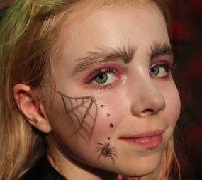 Denne heksa har fått hvit grunning fra panne til nese og et fint edderkoppnett på kinnet. (Foto: Maria Sandvik)
