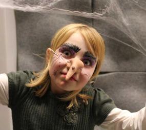 Litt eklere blir det med en vortete nese. Glitteret over øynene kan du feste med hårgelè. (Foto: Maria Sandvik)